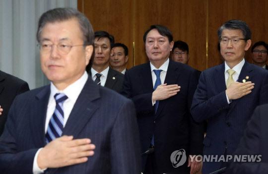 반부패정책협의회서 만난 文대통령·尹검찰총장, 눈빛도 마주치지 않았다